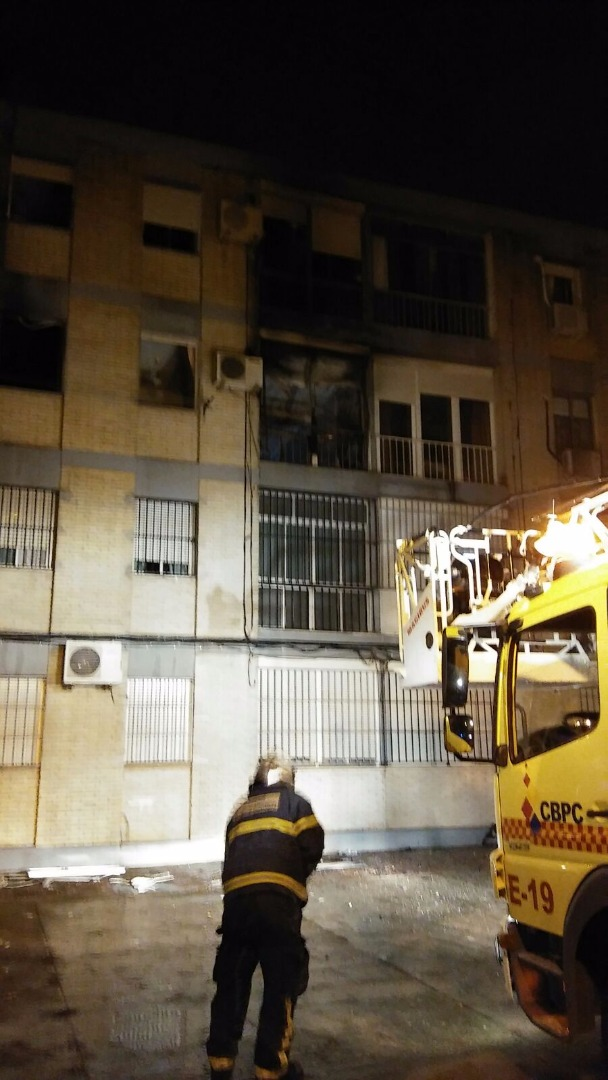 Una persona continúa ingresada tras un incendio por un brasero